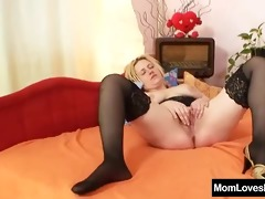 amateur mom with large natural mambos masturbates