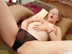 femme mur se masturbe piercing a la chatte